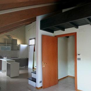 Idee per un piccolo soggiorno boho chic stile loft con pareti bianche, pavimento con piastrelle in ceramica, TV a parete, pavimento rosa e travi a vista