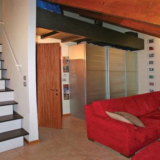 Imagen de salón tipo loft, ecléctico, pequeño, con paredes blancas, suelo de baldosas de cerámica, televisor colgado en la pared y suelo rosa