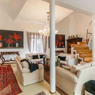 Foto di un ampio soggiorno mediterraneo aperto con pareti bianche