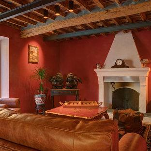 Esempio di un soggiorno mediterraneo con sala formale, pareti rosse, camino classico e travi a vista