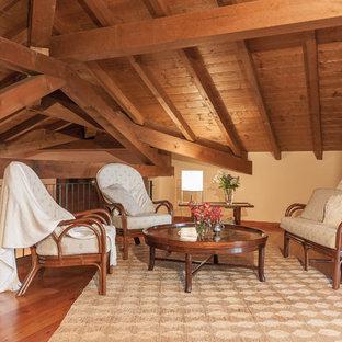 Foto di un soggiorno mediterraneo stile loft con sala formale, pareti beige, pavimento in legno massello medio e pavimento marrone