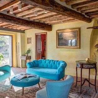 Ispirazione per un soggiorno mediterraneo con sala formale, pareti gialle, pavimento in terracotta, pavimento arancione e travi a vista