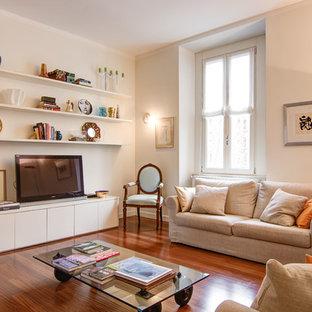 Ispirazione per un grande soggiorno design con pavimento in legno massello medio, TV autoportante, pareti bianche e nessun camino