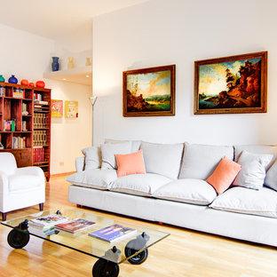 Esempio di un grande soggiorno contemporaneo aperto con pareti bianche, parquet chiaro e pavimento beige