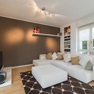 Idee per un soggiorno design di medie dimensioni e aperto con pareti multicolore, parquet chiaro e TV autoportante
