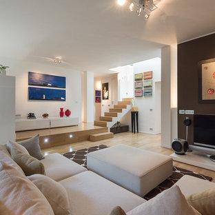 Ispirazione per un grande soggiorno minimal aperto con sala della musica, pareti multicolore, parquet chiaro e TV autoportante