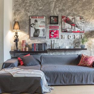 Idee per un soggiorno boho chic aperto con pareti grigie, parquet chiaro, pavimento beige e carta da parati