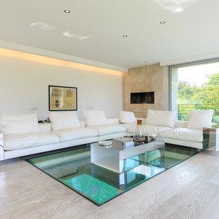 Esempio di un soggiorno minimalista aperto con pareti bianche, camino lineare Ribbon, pavimento beige, parquet chiaro e cornice del camino piastrellata