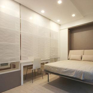 Immagine di un piccolo soggiorno moderno aperto con pareti bianche, pavimento in gres porcellanato, libreria, TV a parete e pavimento beige