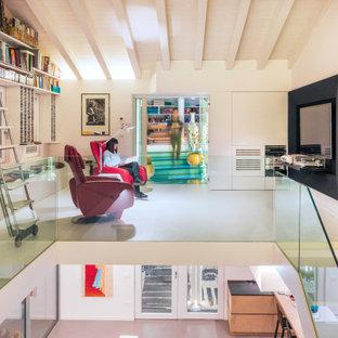 Foto di un soggiorno minimal stile loft con pareti bianche e TV a parete