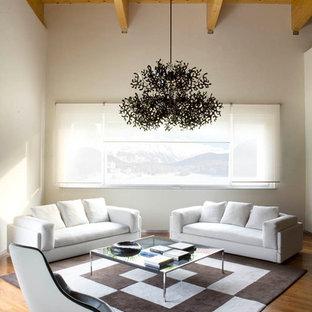 Esempio di un soggiorno design di medie dimensioni e chiuso con pareti bianche e pavimento in legno massello medio