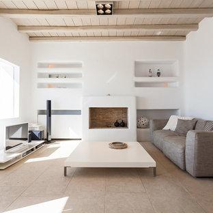 他の地域のビーチスタイルのおしゃれなオープンリビング (白い壁、横長型暖炉、レンガの暖炉まわり、据え置き型テレビ) の写真
