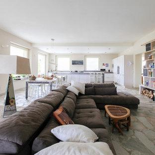 Idee per un grande soggiorno country aperto con libreria, pareti bianche e pavimento grigio