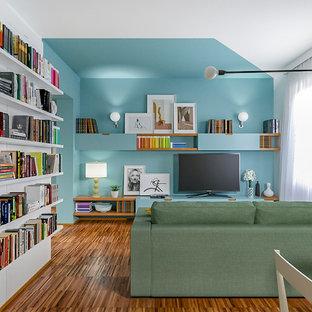 Ispirazione per un piccolo soggiorno minimal aperto con angolo bar, pareti multicolore, parquet scuro e parete attrezzata