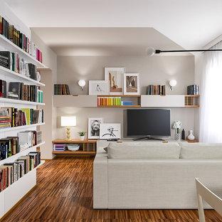 Idee per un piccolo soggiorno contemporaneo aperto con libreria, pareti grigie, pavimento in legno massello medio, TV autoportante e pavimento marrone