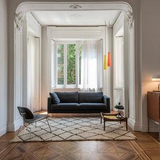Immagine di un soggiorno design di medie dimensioni e stile loft con pareti bianche, pavimento in legno massello medio, sala della musica, nessun camino, nessuna TV e pavimento marrone