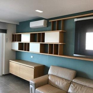 Diseño de salón minimalista con paredes azules, suelo de ladrillo, pared multimedia y suelo gris