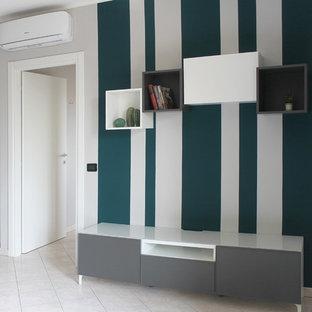 Inredning av ett modernt litet allrum med öppen planlösning, med grå väggar, klinkergolv i porslin och rosa golv