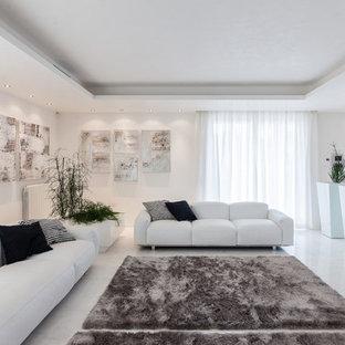 Inredning av ett modernt allrum med öppen planlösning, med ett finrum, vita väggar och marmorgolv