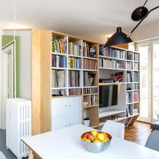Idee per un soggiorno minimal aperto con pareti bianche, pavimento in legno massello medio, nessun camino, parete attrezzata e pavimento marrone