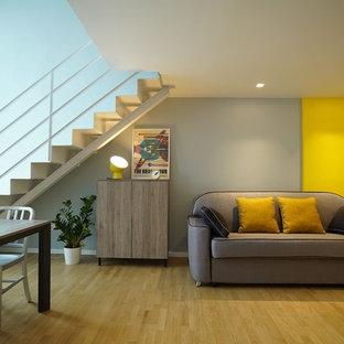 Ispirazione per un soggiorno contemporaneo aperto con pareti multicolore, parquet chiaro, nessun camino e pavimento beige