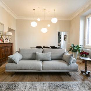 Idee per un soggiorno minimal di medie dimensioni e aperto con pareti beige e pavimento in legno massello medio