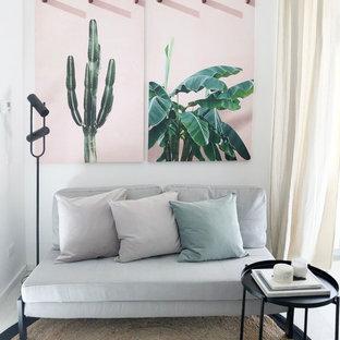 ミラノの小さいトロピカルスタイルのおしゃれなLDK (白い壁、据え置き型テレビ) の写真