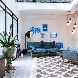 Esempio di un soggiorno industriale di medie dimensioni e chiuso con pareti bianche, nessuna TV e pavimento grigio