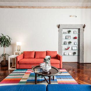 Esempio di un soggiorno design aperto con pareti bianche, parquet scuro e pavimento marrone