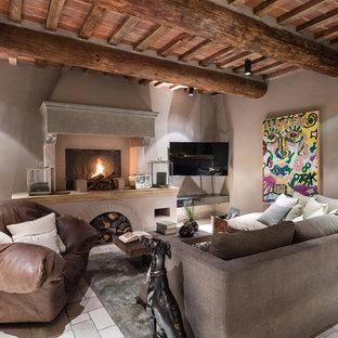 Ispirazione per un soggiorno design con pareti beige, camino classico, cornice del camino in pietra e porta TV ad angolo