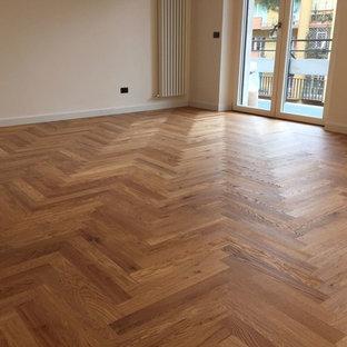 Immagine di un soggiorno design di medie dimensioni e aperto con pavimento in legno verniciato, sala della musica, pareti bianche e pavimento giallo