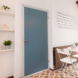 ボローニャの小さいビーチスタイルのおしゃれなLDK (白い壁、セラミックタイルの床、暖炉なし、テレビなし) の写真
