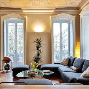 Foto di un grande soggiorno tradizionale chiuso con sala formale, pavimento in legno massello medio, pareti beige e pavimento marrone