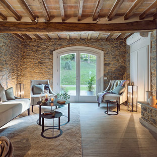 ボローニャの中くらいの地中海スタイルのおしゃれなリビング (紫の壁、淡色無垢フローリング、横長型暖炉、漆喰の暖炉まわり、ベージュの床) の写真