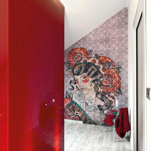 Diseño de salón abierto, minimalista, pequeño, con paredes blancas y suelo de baldosas de porcelana