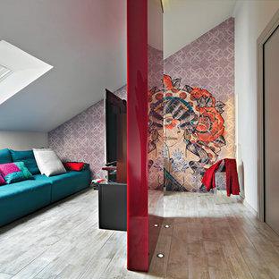 Esempio di un piccolo soggiorno minimal aperto con pavimento in gres porcellanato, TV a parete, nessun camino, pavimento beige e pareti multicolore