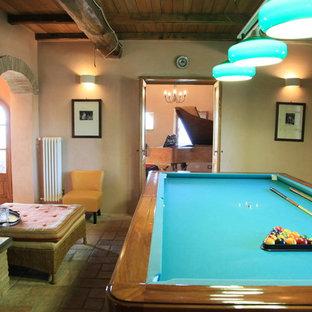 Foto di un soggiorno country di medie dimensioni e aperto con sala giochi, pareti rosa, pavimento in terracotta, TV a parete e pavimento multicolore