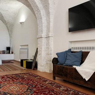 Ispirazione per un soggiorno contemporaneo di medie dimensioni e stile loft con pareti bianche, pavimento in terracotta, TV a parete e pavimento rosso