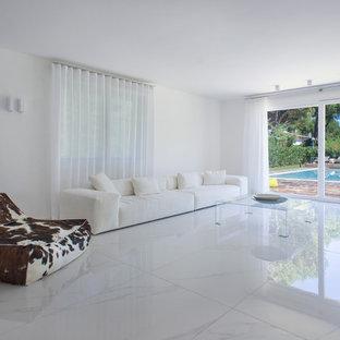 Inredning av ett modernt stort vardagsrum, med vita väggar och marmorgolv