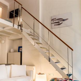 ニースの中サイズのビーチスタイルのおしゃれなリビングロフト (白い壁、畳、壁掛け型テレビ、青い床) の写真