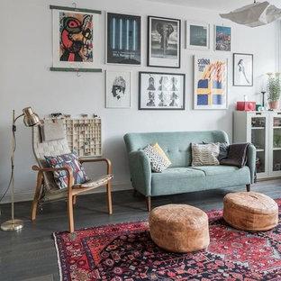 Foto di un soggiorno bohémian con pareti bianche, parquet scuro e pavimento grigio