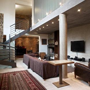 Idee per un soggiorno eclettico di medie dimensioni e aperto con pareti bianche, pavimento in cemento, camino lineare Ribbon e cornice del camino in pietra