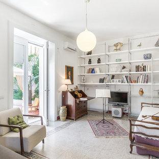 Diseño de sala de estar con biblioteca mediterránea, sin chimenea, con paredes blancas, televisor independiente y suelo multicolor