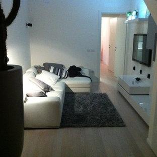 ボローニャの小さいコンテンポラリースタイルのおしゃれな独立型ファミリールーム (白い壁、セラミックタイルの床、暖炉なし、埋込式メディアウォール、茶色い床) の写真