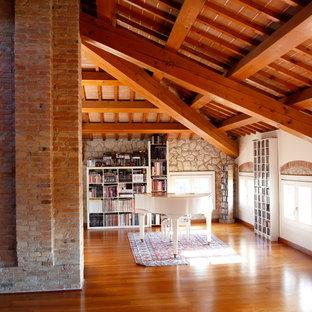 Foto di un soggiorno tradizionale aperto con sala della musica, pavimento in legno massello medio e pavimento marrone