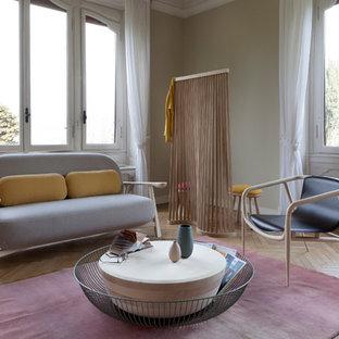 Ispirazione per un soggiorno nordico aperto con pareti beige, pavimento in legno massello medio e pavimento marrone