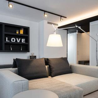 Inspiration för mycket stora moderna loftrum, med vita väggar, ljust trägolv och grått golv