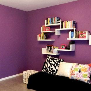Ispirazione per un soggiorno contemporaneo di medie dimensioni e aperto con pareti viola, pavimento in gres porcellanato e pavimento grigio