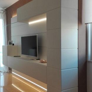 Modelo de sala de estar abierta, contemporánea, pequeña, con paredes grises, suelo de mármol, televisor colgado en la pared y suelo amarillo