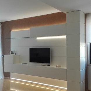 Immagine di un piccolo soggiorno contemporaneo aperto con pareti grigie, pavimento in marmo, TV a parete e pavimento giallo